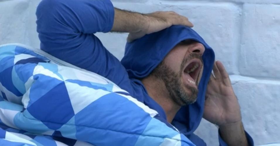22.jan.2014 - Hora de acordar: Vagner faz caras e bocas ao ser acordado com o barulho da sirene