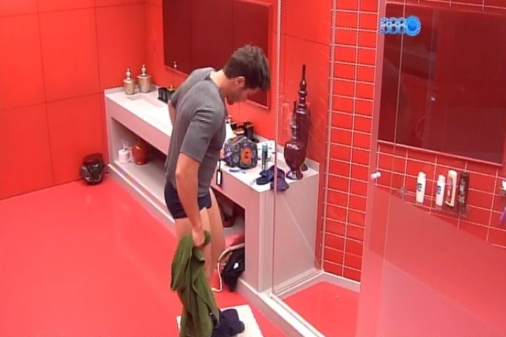 22.jan.2014 - Roni se prepara para tomar banho no quarto do líder