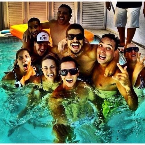 22.jan.2014- Rodeado de amigos, Caio Castro comemora seus 25 anos com festa na piscina