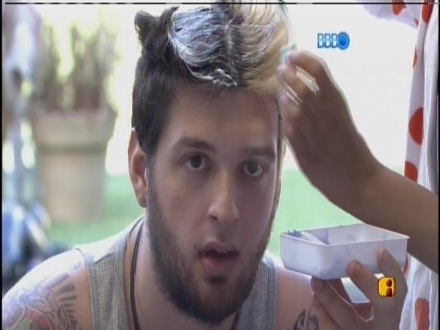 22.jan.2014. Cássio reforça a pintura de seu cabelo