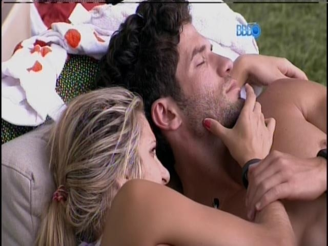 22.jan,2014. Tatiele e Roni descansam abraçados na área externa na casa