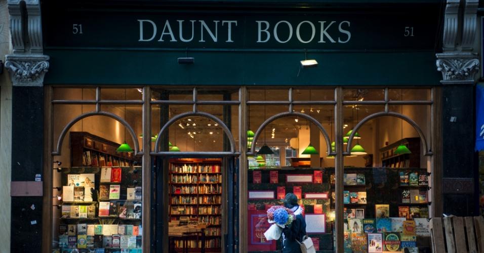 As prateleiras da Daunt Books misturam guias de viagem com um mundo de literatura; as sacolas de pano da loja são item indispensável entre os ratos de biblioteca londrinos