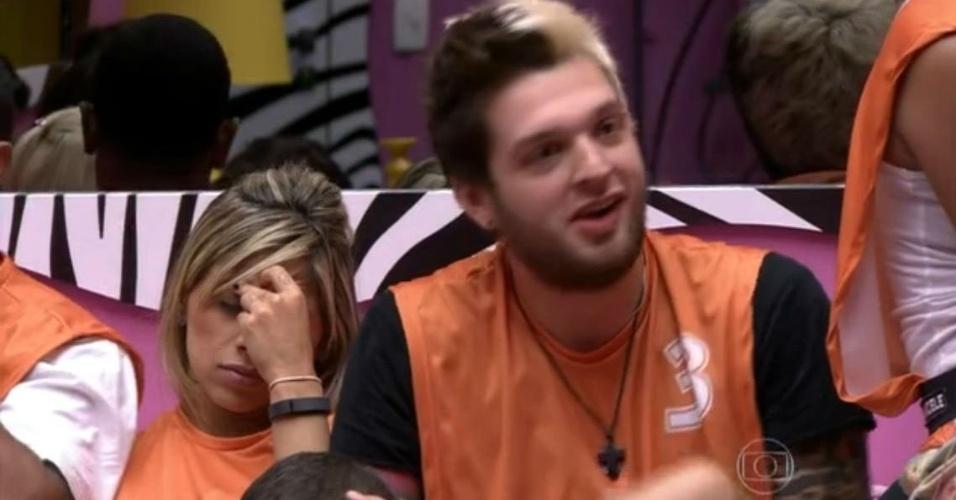 """Cássio com o colete laranja de número três na noite em que ganhou a liderança do """"BBB14"""", em 21 de janeiro de 2014"""