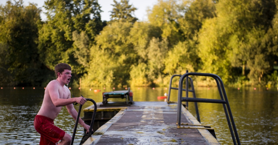 Concentre-se apenas na névoa fria que sobe do solo, no sol matinal que se filtra em meio as copas das árvores e nos lagos de banhos do Heath, em Londres, caso decida encarar um mergulho na água