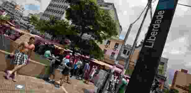 Feirinha da Liberdade, na Praça da Liberdade, atrai visitantes durante os finais de semana. Acesso pode ser feito de metrô - Simon Plestenjak/UOL - Simon Plestenjak/UOL