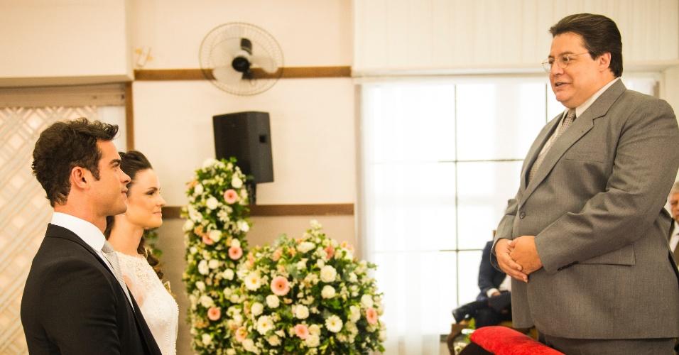 O pastor Efigênio (Gláucio Gomes) realiza a cerimônia e ao final, os noivos passam por um corredor formado pelos convidados e Paulinha (Klara Castanho) distribui pétalas de rosas a todos para dar sorte ao casal