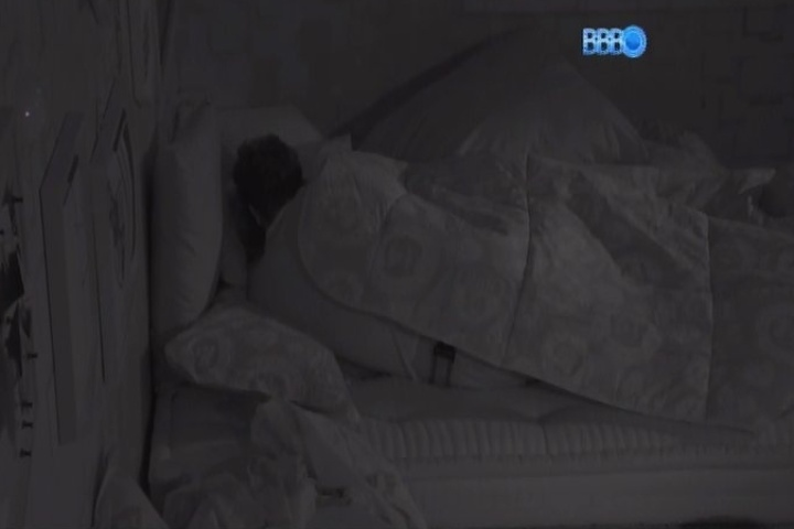 22.jan.2014 - Roni e Tatiele namoram antes de irem dormir