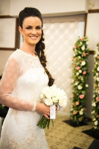 """Sem véu e com vestido comportado, Gina se casa com Elias em """"Amor à Vida"""""""