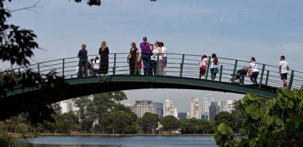 Turistas apreciam paisagem na ponte sobre o lago do Parque do Ibirapuera, em São Paulo