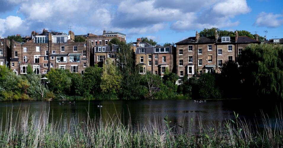 Vista de casas a partir de um dos lagos do Hampstead Heath, em Londres