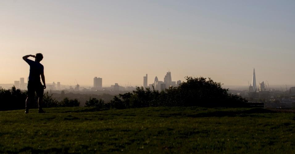 Vista de Londres a partir Parliament Hill, no Hampstead Heath, um pedaço de floresta, com campos, belas vistas e muito sobe-e-desce, mais ou menos do tamanho do Central Park