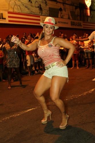22.jan.2014 - Viviane Araújo samba muito no ensaio técnico da Salgueiro, no Rio de Janeiro