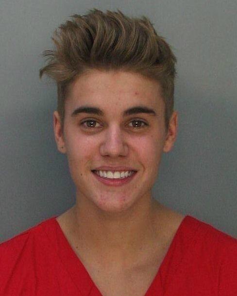 23.jan.2013 - Justin Bieber é fichado ao ser detido pela polícia de Miami Beach. Ele foi preso por dirigir embriagado e disputar um racha com um amigo