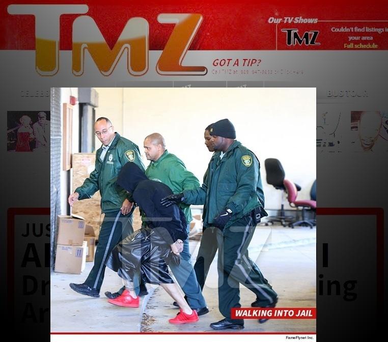 23.jan.2013 - O site TMz divulgou imagem de Justin Bieber algemado sendo escolatado por policias após ser preso por dirigir sob efeito de drogas e disputar racha