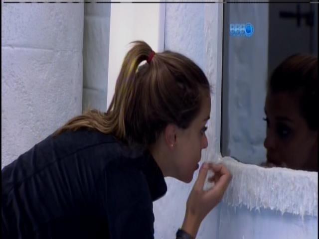 23.jan.2014 - Angela se olha no espelho logo após ser despertada pela sirene