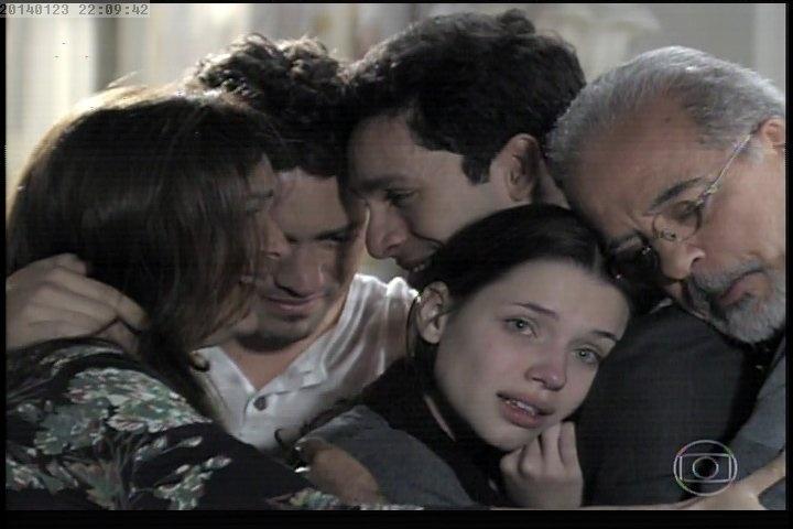 """23.jan.2014 - Após reencontrar Rafael, Linda consegue expressar em palavras o que carrega dentro de si durante anos: """"Socorro!"""". A família se reúne em torno de Linda, que diz tudo o que sente de uma só vez"""