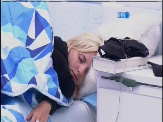 23.jan.2014 - Clara, como a maioria dos brothers, voltou a dormir após gravar o raio X