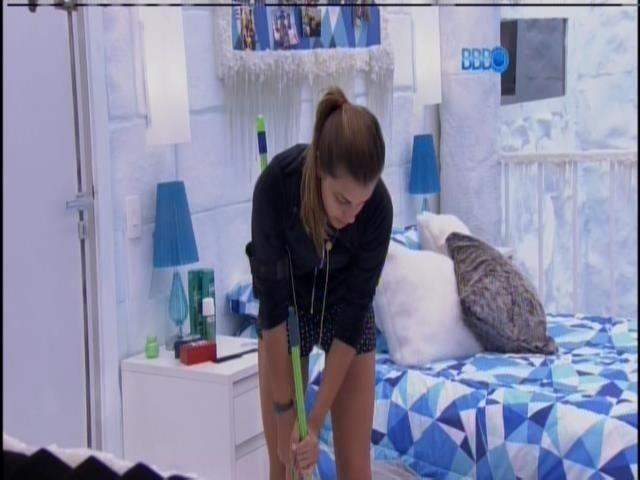 23.jan.2014 - Dia de faxina: Angela limpa o quarto