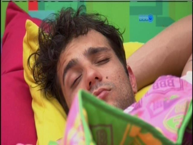 23.jan.2014 - Junior também continuou na cama após a sirene tocar