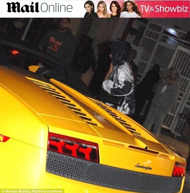 23.jan.2014 - Justin Bieber ao lado de sua Lamboghini, na qual foi detido pela polícia de Miami
