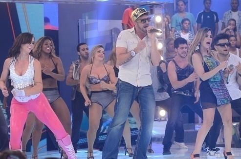 """23.jan.2014 - Latino faz o público sair do chão ao apresentar a dupla Mateus & Nathan, do hit """"Chama o Batman"""""""