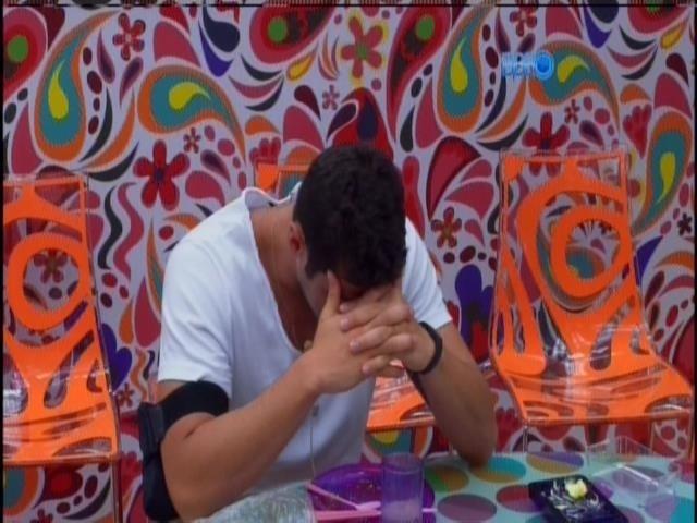 """23.jan.2014 - Marcelo toma café e fala sozinho """"Brasi, deixa eu ficar. Eu quero ficar"""". Ele está no paredão desta quinta-feira"""