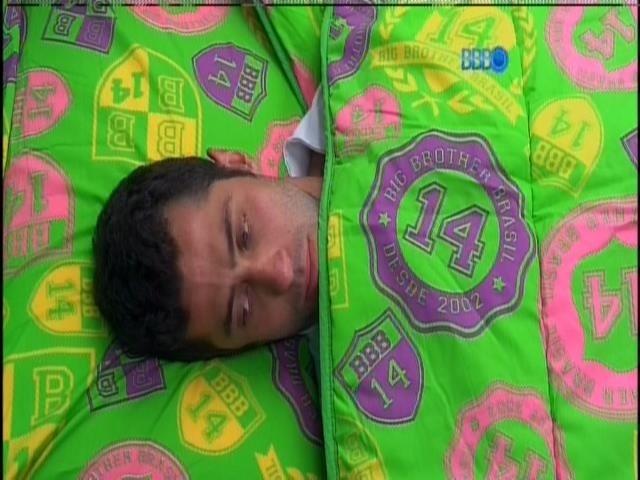 23.jan.2014 - Marcelo vai para o Quarto Festa, deita na cama mas não consegue dormir