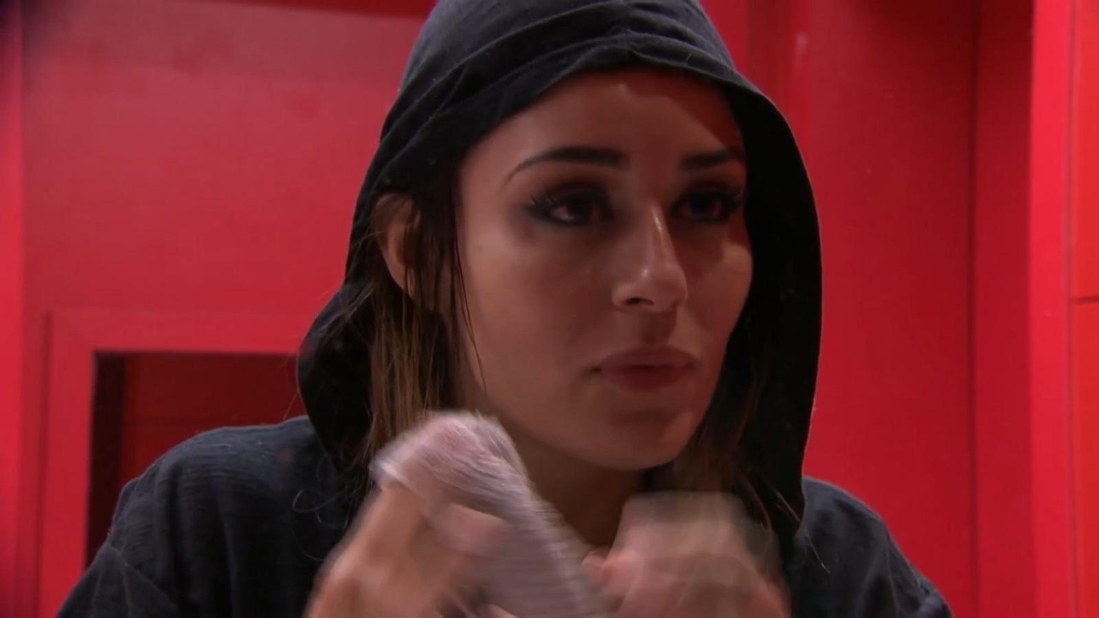 23.jan.2014 - No Quarto do Líder, Leticia conta para Cássio que foi ao motel pela primeira vez aos 26 anos