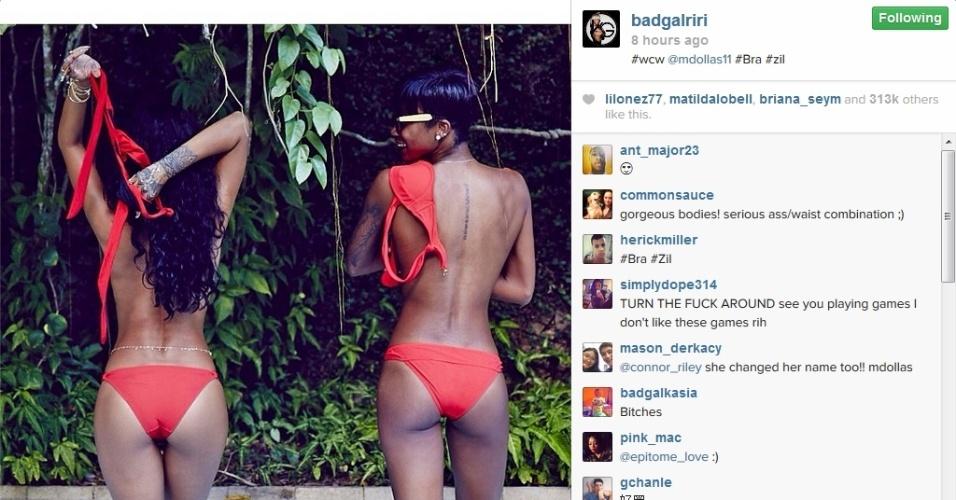 23.jan.2014 - Rihanna posa de biquíni vermelho, fumando e fazendo topless