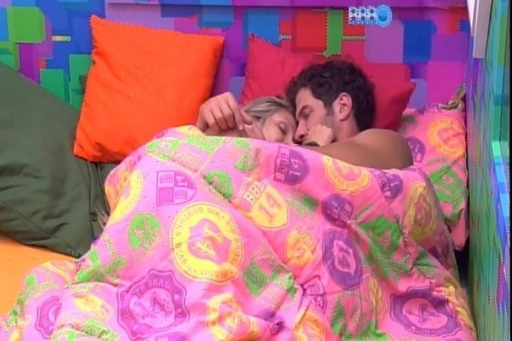 23.jan.2014 - Roni e Tatiele namoram na cama antes de dormirem