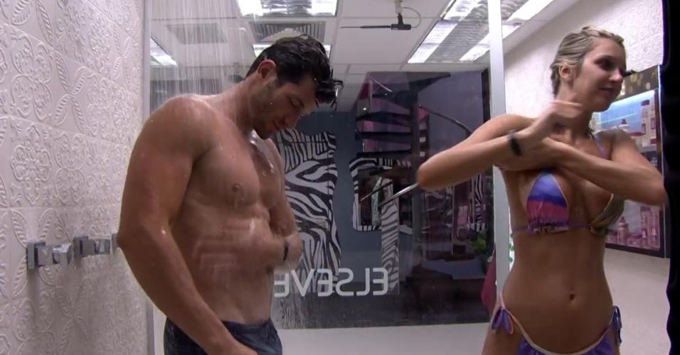 23.jan.2014 - Roni e Tatiele tomam banho juntos