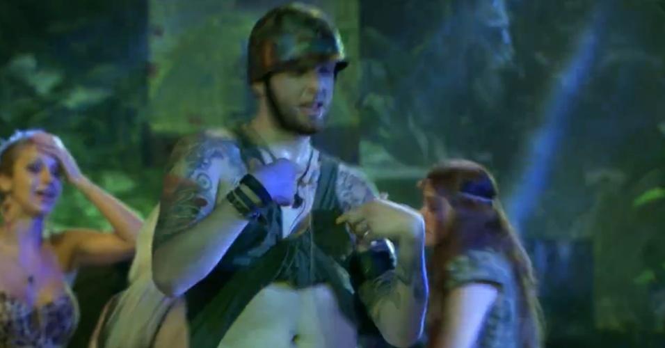 """23.jan.2014 - Um dos mais animados da festa, o líder Cassio enrola a camisa ao som do funk """"Glamurosa"""""""