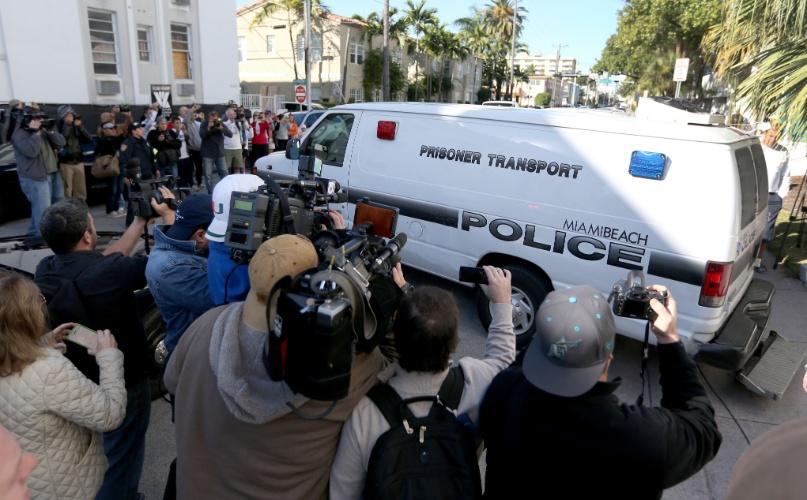 23.jan.2014 - Van da polícia de Miami Beach leva Justin Bieber para a prisão. O cantor foi preso por dirigir alcoolizado e fazer racha