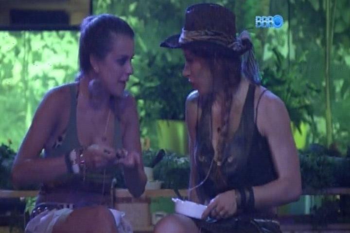"""23.jan.2014 - Aline fala para Angela que """"doeu"""" se afastar de Roni na festa"""