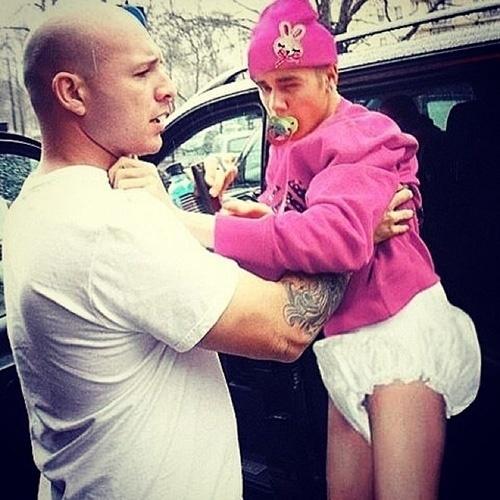 Após ser preso por dirigir alcoolizado, Justin Bieber virou piada na internet. A foto onde aparece sorrindo ao ser fichado virou alvo de montagens feitas pelos internautas