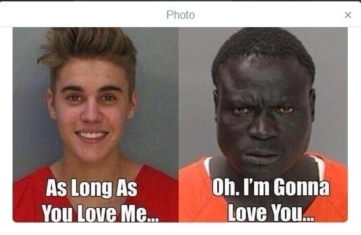 Após ser preso por dirigir alcoolizado, Justin Bieber virou piada na internet. A foto onde aparece sorrindo ao ser fichado virou alvo de montagens feitas pelos internautas. Nesta uma piada com a canção