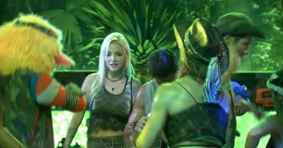 23.jan.2014 - Clara e outros participantes reclamam da falta de bebida na Festa Perdidos na Selva