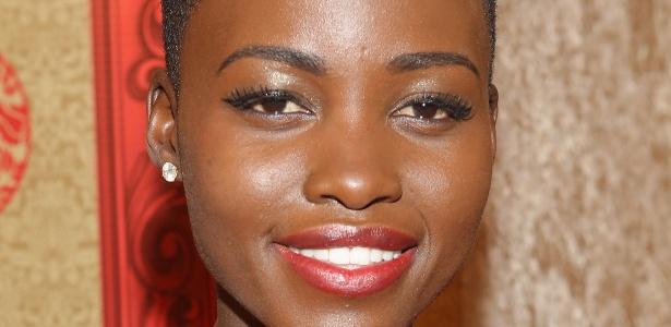 """No Globo de Ouro, a atriz Lupita Nyong""""o apostou na maquiagem metalizada e até os lábios ganharam brilho - Getty Images"""