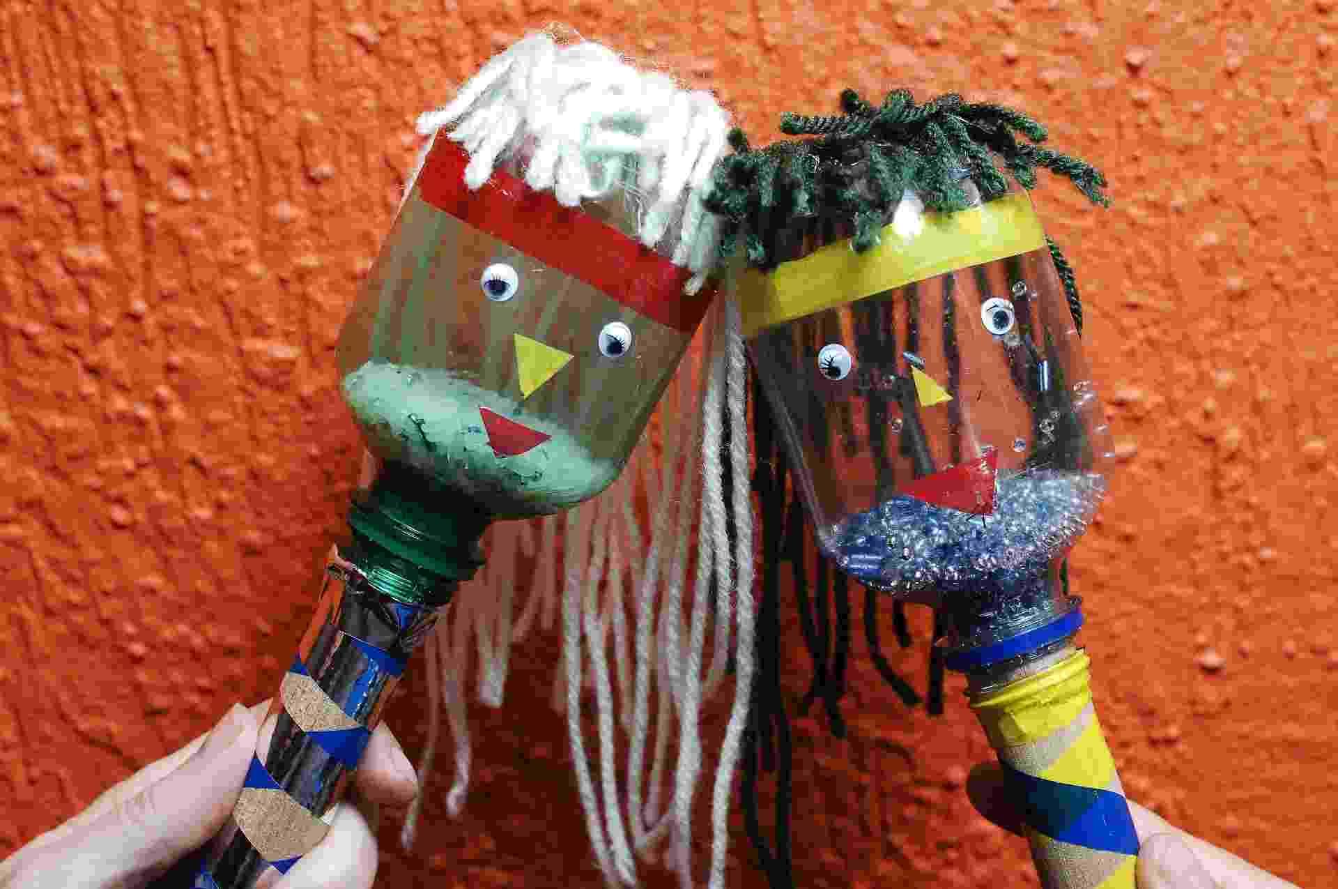 Com materiais que, normalmente, vão parar no lixo, como garrafas PET e cabos de vassoura, é possível fazer com seu filho uma maraca (instrumento musical de percussão). A pedagoga Débora Wolf, da Brinque Lobinho (www.brinquelobinho.com.br), empresa especializada em oficina de brinquedos com sucata, mostra a seguir como é simples fazer uma | Silvana Maria Rosso - Do UOL, em São Paulo - Reinaldo Canato/UOL