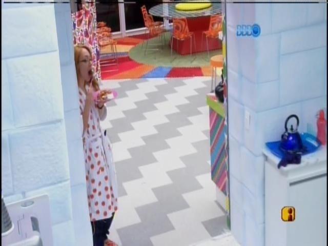 24.jan.2014 - Aline come em pé, após receber chamado da produção