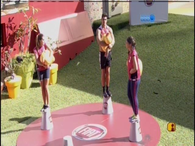 24.jan.2014 - Angela, Marcelo e Bela durante a prova do líder na manhã desta sexta-feira