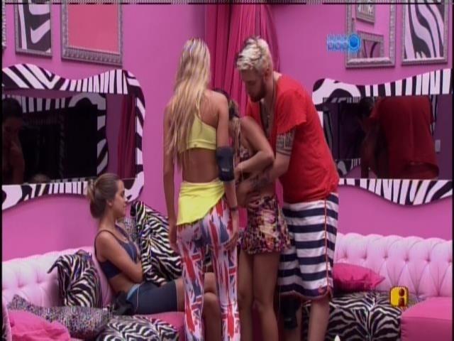 24.jan.2014 - Cassio e Tatiele ajudam Letícia a se levantar do sofá. Ela venceu a prova do líder após 16 horas de disputa