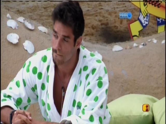 24.jan.2014 - Diego conversa na varanda