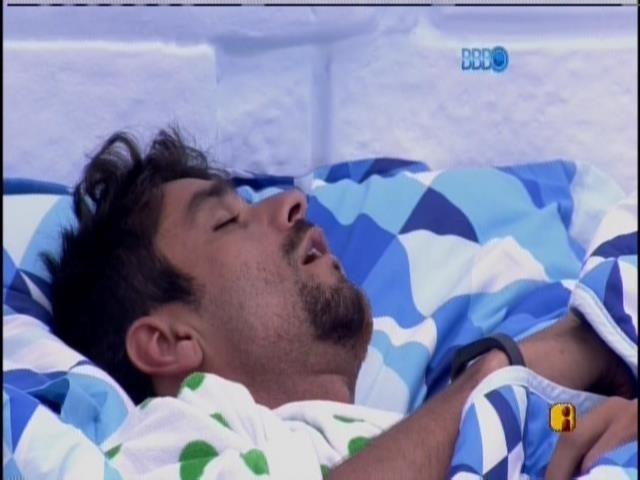 24.jan.2014 - Diego e Franciele dormem na cama ao lado
