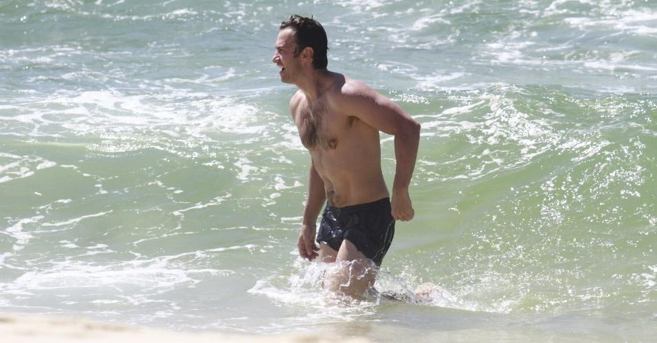 """24.jan.2014 - Gabriel Braga Nunes grava """"Em Família"""" na praia do Recreio, na zona oeste do Rio"""