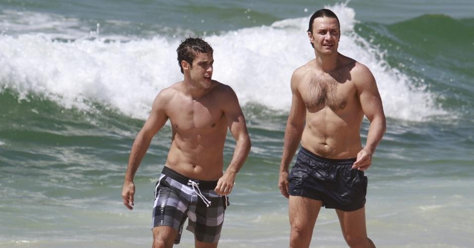 """24.jan.2014 - Ronny Kriwat e Gabriel Braga Nunes gravam """"Em Família"""" na praia do Recreio, na zona oeste do Rio"""