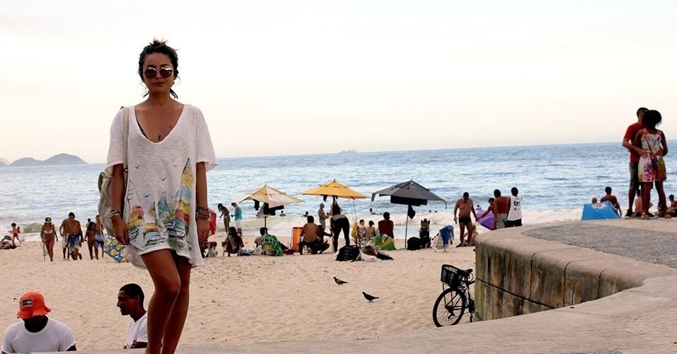 2a3ff2c96a733 Gabriela Borba, 21, trabalha com mídias digitais e veste camiseta Colcci,  bolsa de