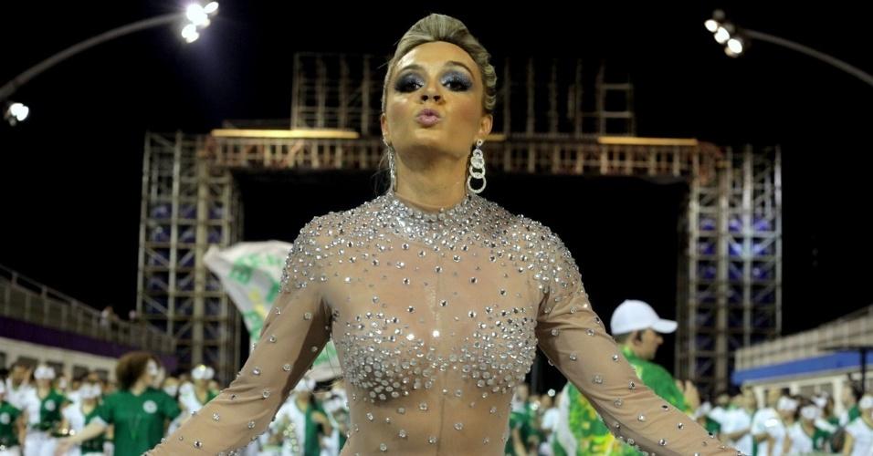 24.jan.2014 - Juju Salimeni ensaia em frente a bateria da escola Mancha Verde em ausência de Viviane Araújo