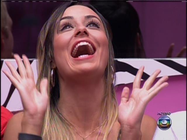 24.jan.2014 - O apresentador fala que Leticia eliminou a fama de pé frio