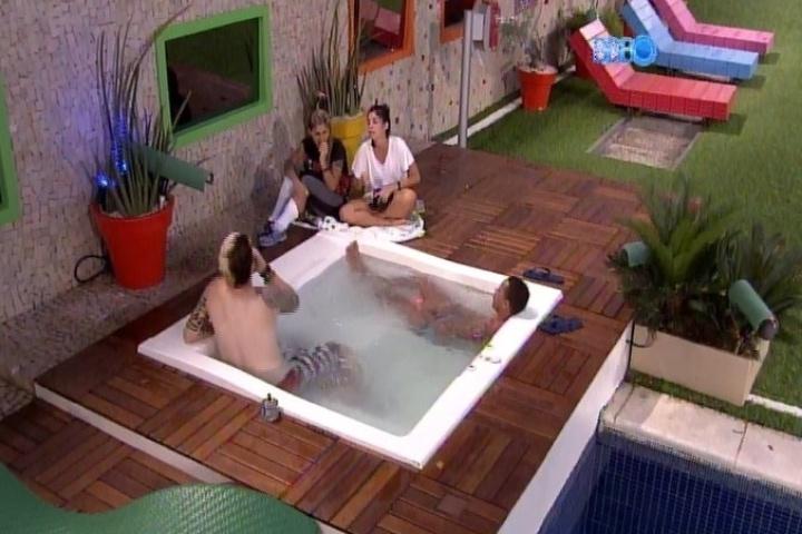 """25.jan.2014 - Cassio, Valter, Bella e Vanessa relaxam na banheira após a formação do quinto paredão do """"BBB14"""""""